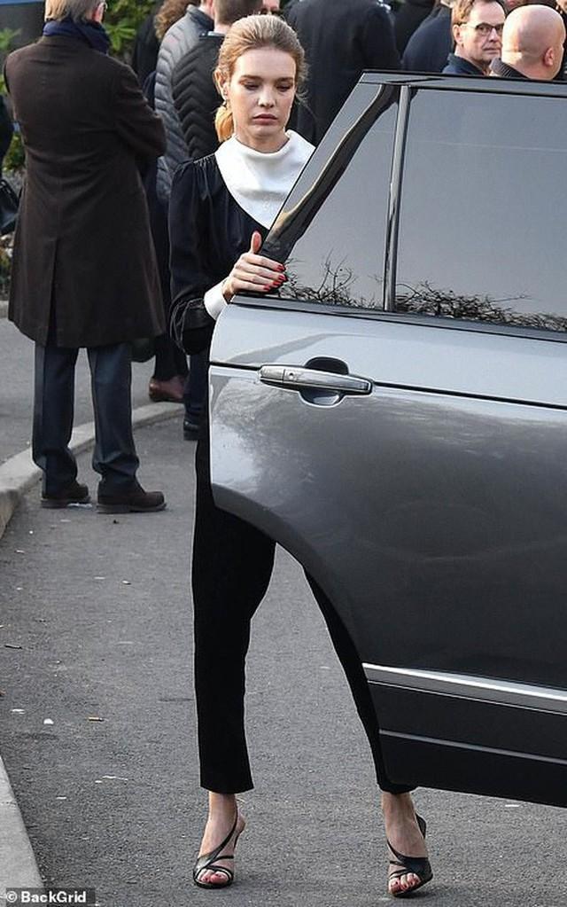 Lễ hỏa táng của huyền thoại Karl Lagerfeld: Công chúa Monaco, tổng biên tạp chí Vogue cùng dàn siêu mẫu đến tiễn đưa - Ảnh 13.
