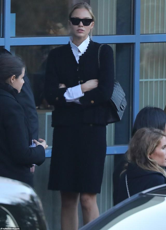 Lễ hỏa táng của huyền thoại Karl Lagerfeld: Công chúa Monaco, tổng biên tạp chí Vogue cùng dàn siêu mẫu đến tiễn đưa - Ảnh 15.