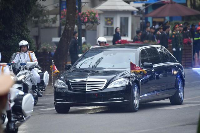 [ẢNH] Chủ tịch Kim Jong Un thăm Đại sứ quán Triều Tiên trong ngày đầu tiên đến Hà Nội - Ảnh 1.