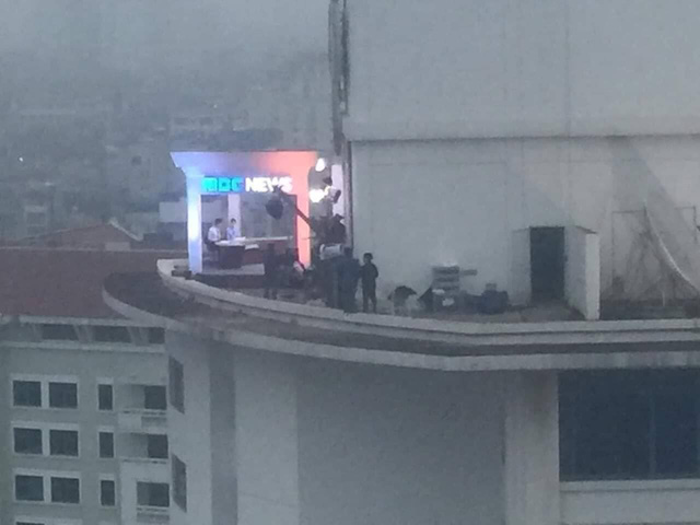 Chất như ekip Đài MBCNews Hàn Quốc chọn địa điểm dẫn bản tin thời sự tại Hà Nội - Ảnh 3.