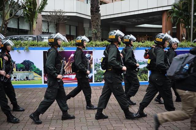 Xe bọc thép trấn giữ trên đường về khách sạn của Chủ tịch Kim Jong-un - Ảnh 4.
