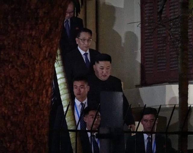 [ẢNH] Chủ tịch Kim Jong Un thăm Đại sứ quán Triều Tiên trong ngày đầu tiên đến Hà Nội - Ảnh 10.