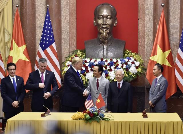 Tổng Bí thư - Chủ tịch nước Nguyễn Phú Trọng và Tổng thống Mỹ Donald Trump chứng kiến lễ ký kết mua 10 máy bay Boeing 787-9 Dreamliner của Bamboo Airways - Ảnh 1.