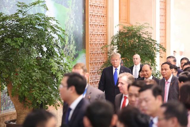 TT Trump rời Văn phòng Chính phủ sau bữa trưa làm việc cùng Thủ tướng Nguyễn Xuân Phúc, chuẩn bị trở về khách sạn - Ảnh 10.