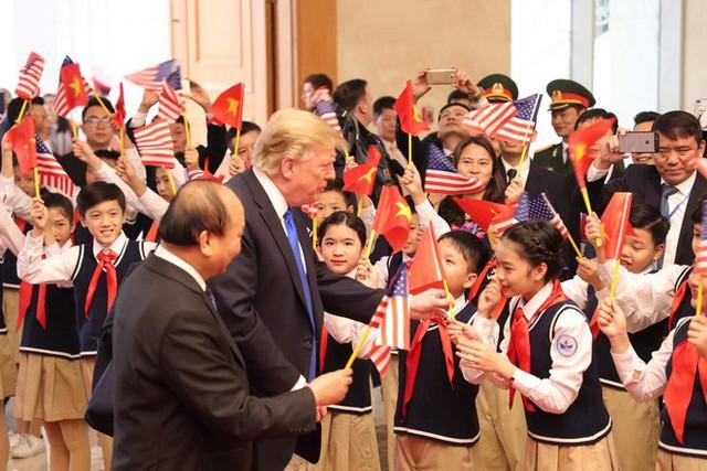 TT Trump rời Văn phòng Chính phủ sau bữa trưa làm việc cùng Thủ tướng Nguyễn Xuân Phúc, chuẩn bị trở về khách sạn - Ảnh 11.