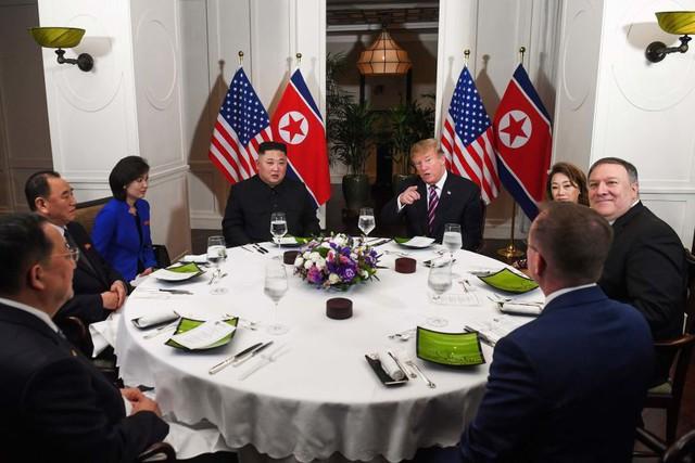 Tổng thống Trump đề nghị phóng viên chụp mình và Chủ tịch Kim thật bảnh trong bữa ăn tối - Ảnh 1.