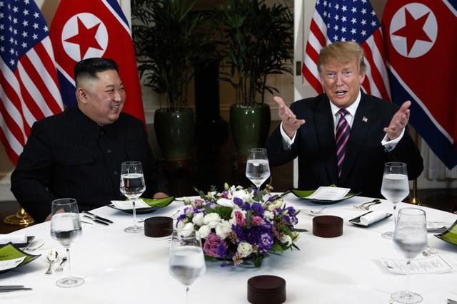 Tổng thống Trump đề nghị phóng viên chụp mình và Chủ tịch Kim thật bảnh trong bữa ăn tối - Ảnh 2.
