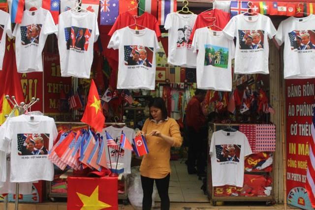 Thức đêm in áo hình nguyên thủ Mỹ - Triều Tiên, doanh thu tăng 6 lần - Ảnh 1.