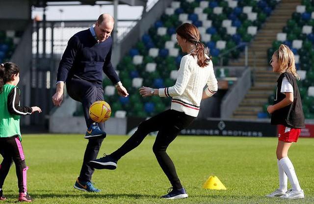 Công nương Kate gây bất ngờ khi trổ tài đá bóng điêu luyện, kết hợp ăn ý với chồng trong chuyến công du khiến người dùng mạng phát sốt - Ảnh 1.