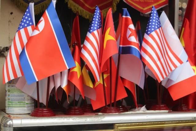 Thức đêm in áo hình nguyên thủ Mỹ - Triều Tiên, doanh thu tăng 6 lần - Ảnh 7.