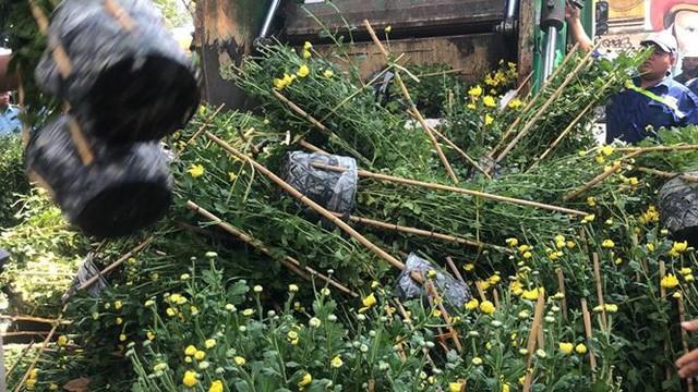 Tiểu thương vứt hàng trăm chậu hoa ế vào xe rác vì sợ hôi của - Ảnh 1.