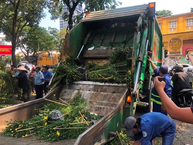 Tiểu thương vứt hàng trăm chậu hoa ế vào xe rác vì sợ hôi của - Ảnh 3.