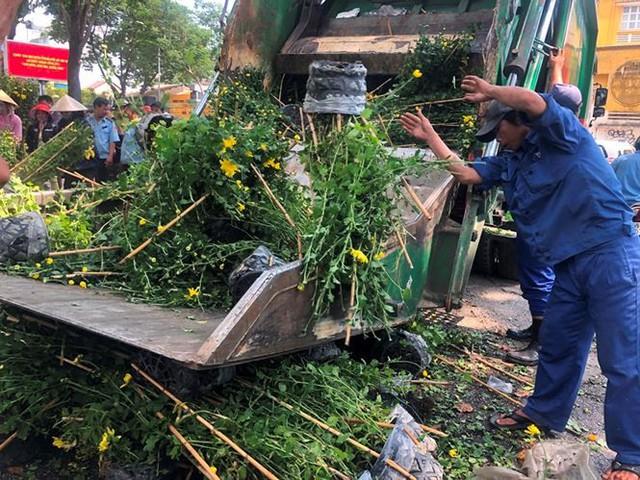 Tiểu thương vứt hàng trăm chậu hoa ế vào xe rác vì sợ hôi của - Ảnh 4.