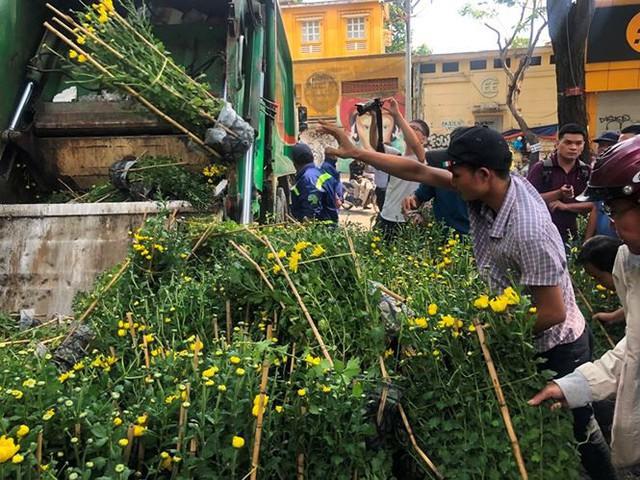 Tiểu thương vứt hàng trăm chậu hoa ế vào xe rác vì sợ hôi của - Ảnh 7.