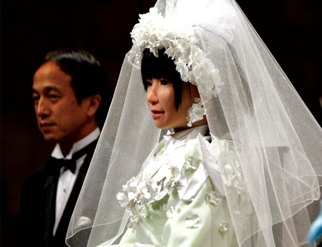 Năm 2050: Có thể hợp pháp hóa người cưới robot - Ảnh 1.