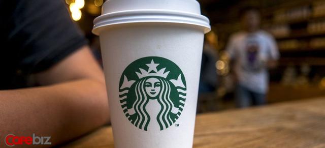 Cách Howard Schultz vực dậy cả đế chế Starbucks trước bờ vực thẳm: Dẹp mớ sandwich ra khỏi menu, minh bạch hóa mọi thứ cho nhân viên, đâyng cửa toàn bộ cửa hàng ở Bắc Mỹ để đào tạo lại - Ảnh 1.