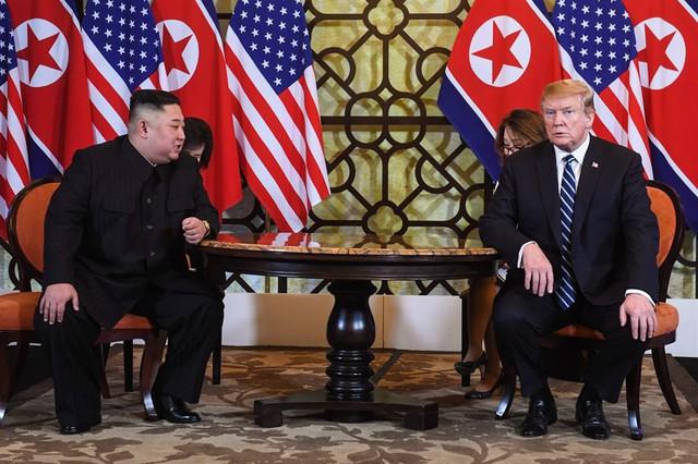 Không thoả thuận thành công nhưng hình ảnh ông Trump chia tay ông Kim lại khiến mọi người bất ngờ - Ảnh 1.