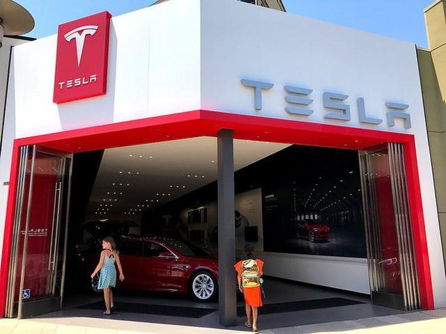 Để cắt giảm chi phí, Tesla sẽ đóng cửa phần lớn cửa hàng và chỉ bán xe online - Ảnh 1.