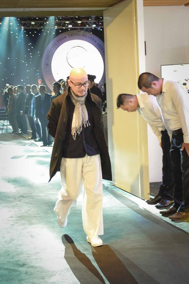 Sở hữu nghìn tỷ nhưng ông Đặng Lê Nguyên Vũ lại khiến dân tình xôn xao khi chỉ đi giày vải 75 ngàn đồng - Ảnh 10.