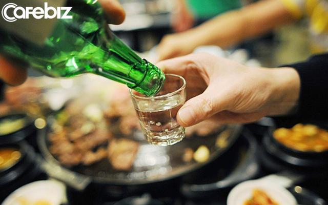 Đi làm phải uống nhiều rượu đến loét dạ dày, ngất lịm trong nhà vệ sinh: Tôi 23 tuổi, triền miên một thời gian dài sáng rượu, trưa rượu và xế chiều uống bia - Ảnh 1.