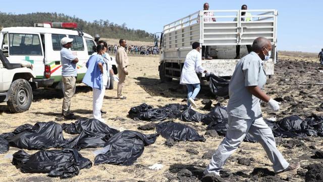 Hiện trường rơi máy bay thảm khốc ở Ethiopia: Thi thể nạn nhân la liệt, khung cảnh tang thương đầy ám ảnh - Ảnh 12.