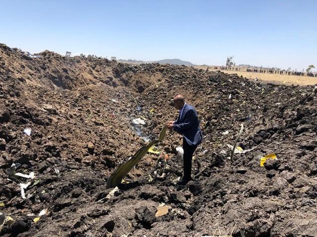 Hiện trường rơi máy bay thảm khốc ở Ethiopia: Thi thể nạn nhân la liệt, khung cảnh tang thương đầy ám ảnh - Ảnh 8.