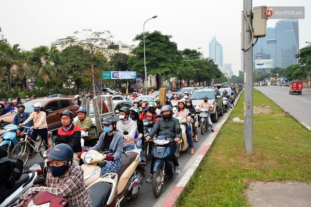 Đề xuất cấm xe máy trên đường Lê Văn Lương, Nguyễn Trãi: Tại sao không cấm ô tô cá nhân? - Ảnh 2.