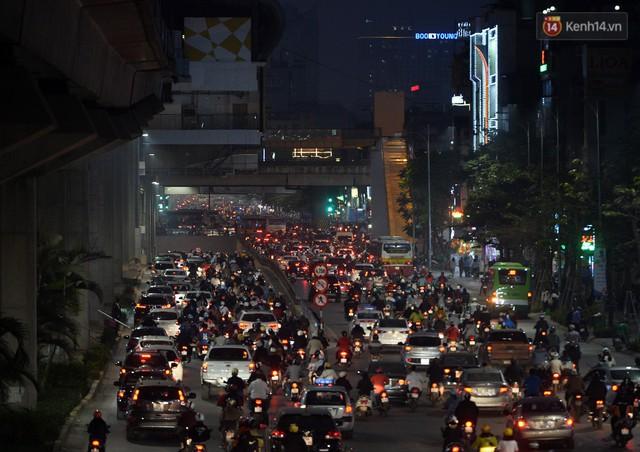 Chùm ảnh: Đây là cảnh tượng diễn ra mỗi ngày trên tuyến đường Hà Nội dự kiến cấm xe máy vào giờ cao điểm - Ảnh 11.