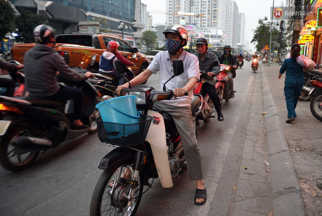 Chùm ảnh: Đây là cảnh tượng diễn ra mỗi ngày trên tuyến đường Hà Nội dự kiến cấm xe máy vào giờ cao điểm - Ảnh 3.