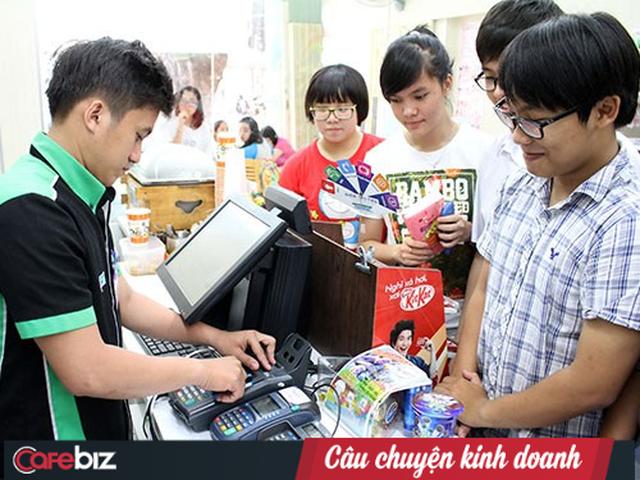 Từ hàng dài người xếp hàng chờ tại quầy thanh toán đến cuộc đua giải pháp ở lối ra các siêu thị - Ảnh 1.