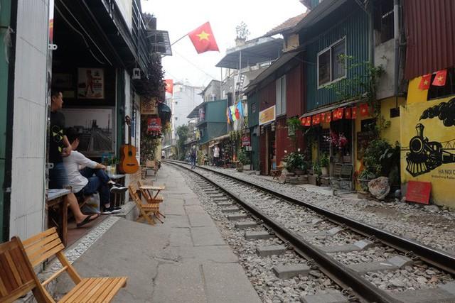 Hàng quán mọc lên san sát tại khu đường tàu Hà Nội nổi tiếng trên báo quốc tế - Ảnh 2.