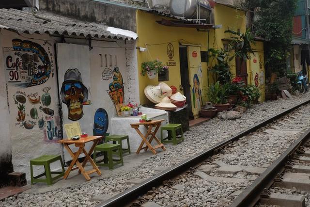 Hàng quán mọc lên san sát tại khu đường tàu Hà Nội nổi tiếng trên báo quốc tế - Ảnh 3.