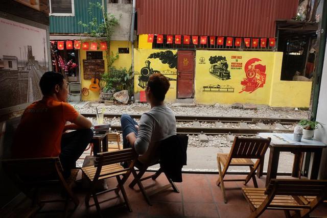 Hàng quán mọc lên san sát tại khu đường tàu Hà Nội nổi tiếng trên báo quốc tế - Ảnh 10.