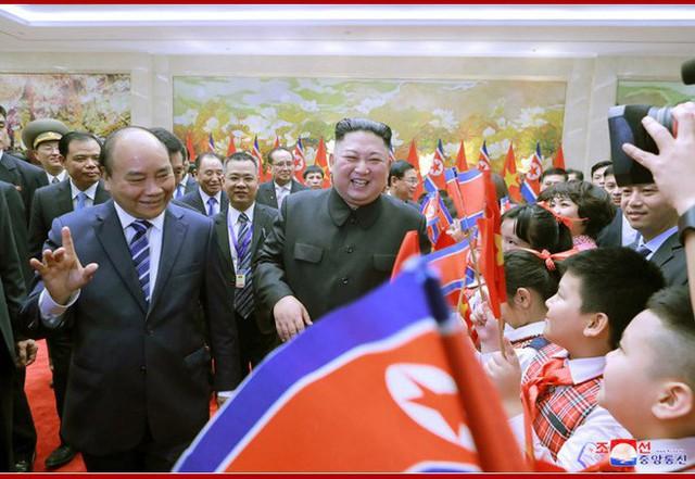 Tiệc chiêu đãi Chủ tịch Kim Jong-un tại Hà Nội qua ống kính phóng viên Triều Tiên - Ảnh 3.