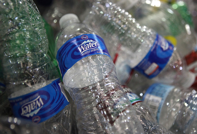 Tạp chí Business Insider: Nước đóng chai chính là cú lừa lớn nhất thế kỷ 21 - Ảnh 1.