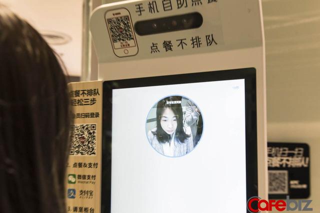 'Cảnh giới' mới của KFC ở Trung Quốc: Khách order qua màn hình cảm ứng, camera quét gương mặt để thanh toán và AI 'học' khẩu vị của từng người để gợi ý menu phù hợp - Ảnh 1.