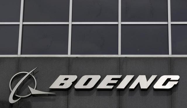 Sự hoài nghi đổ dồn về FAA vì từng chứng nhận an toàn cho phi cơ Boeing - Ảnh 1.