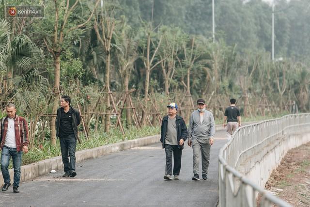 Đường đi bộ ven sông Tô Lịch: Xe máy phi ầm ầm dù có biển cấm, xe đạp vượt 3 hàng rào sắt trong ức chế - Ảnh 1.