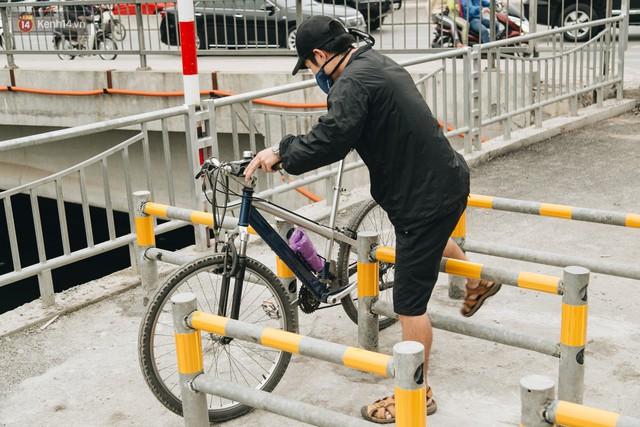 Đường đi bộ ven sông Tô Lịch: Xe máy phi ầm ầm dù có biển cấm, xe đạp vượt 3 hàng rào sắt trong ức chế - Ảnh 14.