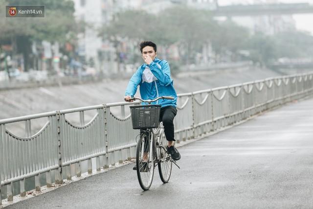 Đường đi bộ ven sông Tô Lịch: Xe máy phi ầm ầm dù có biển cấm, xe đạp vượt 3 hàng rào sắt trong ức chế - Ảnh 21.