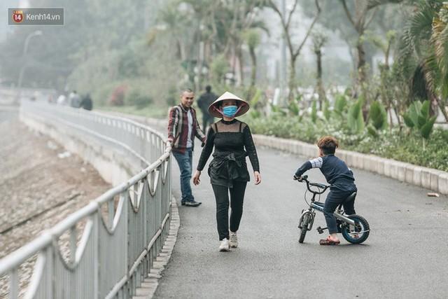Đường đi bộ ven sông Tô Lịch: Xe máy phi ầm ầm dù có biển cấm, xe đạp vượt 3 hàng rào sắt trong ức chế - Ảnh 24.