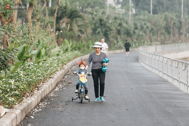 Đường đi bộ ven sông Tô Lịch: Xe máy phi ầm ầm dù có biển cấm, xe đạp vượt 3 hàng rào sắt trong ức chế - Ảnh 25.