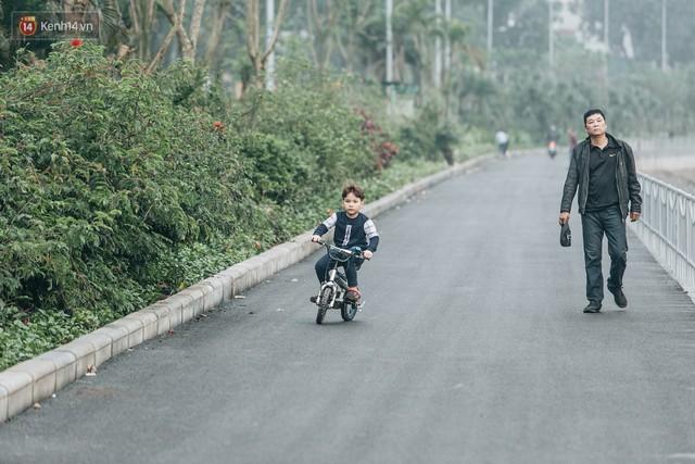 Đường đi bộ ven sông Tô Lịch: Xe máy phi ầm ầm dù có biển cấm, xe đạp vượt 3 hàng rào sắt trong ức chế - Ảnh 26.