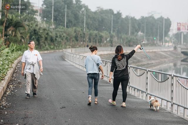 Đường đi bộ ven sông Tô Lịch: Xe máy phi ầm ầm dù có biển cấm, xe đạp vượt 3 hàng rào sắt trong ức chế - Ảnh 27.
