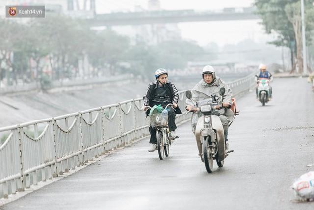 Đường đi bộ ven sông Tô Lịch: Xe máy phi ầm ầm dù có biển cấm, xe đạp vượt 3 hàng rào sắt trong ức chế - Ảnh 4.