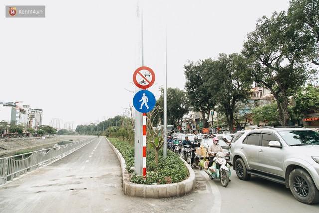 Đường đi bộ ven sông Tô Lịch: Xe máy phi ầm ầm dù có biển cấm, xe đạp vượt 3 hàng rào sắt trong ức chế - Ảnh 8.