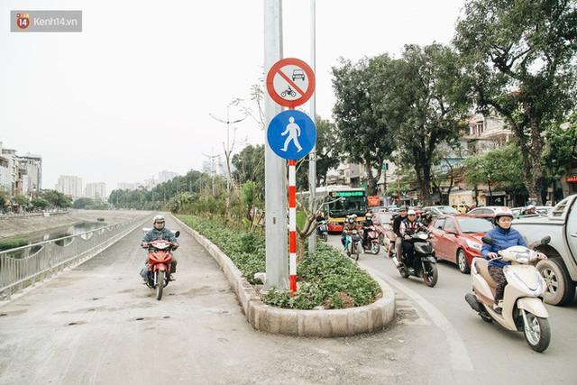 Đường đi bộ ven sông Tô Lịch: Xe máy phi ầm ầm dù có biển cấm, xe đạp vượt 3 hàng rào sắt trong ức chế - Ảnh 9.