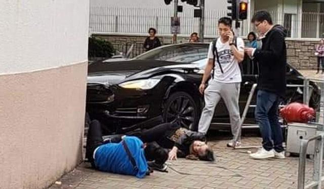 Xe Tesla hóa sao xẹt sau khi va chạm với Mercedes-Benz rồi tông trúng 3 người ở Hồng Kông - Ảnh 1.