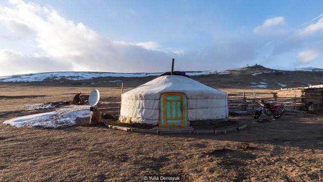 Lễ hội trên hồ đóng băng kỳ lạ của người Mông Cổ: Lạnh kinh hoàng nhưng đẹp đến mê mẩn - Ảnh 8.