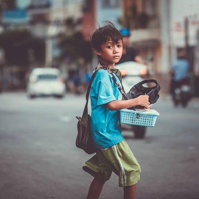 Cậu bé bán vé số lạc quan, 3 hộp xôi đậu giá 10 ngàn và câu chuyện về tính hào sảng của người Sài Gòn - Ảnh 1.